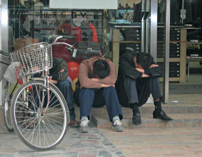 Pisolino di gruppo sulla soglia di un negozio