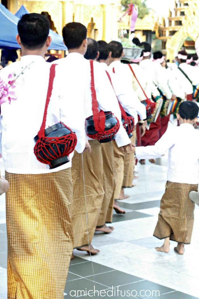 iniziazione-dei-monaci-in-myanmarMODIFICATO